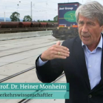 Heiner Monheim an einem Güterbahnhof in Freiburg (Bild: Screenshot aus plusminus vom 09.06.2016)
